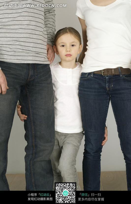 抱着爸妈图片的大腿小女孩外国-人物图片素材视频做那个男生女生图片