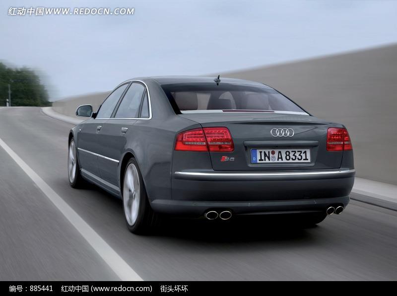 高速行驶的黑色奥迪A8L尾部特写高清图片