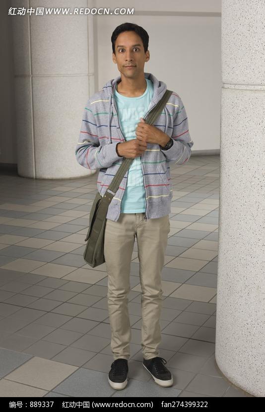 斜背书包的外国男人图片(编号:889337)