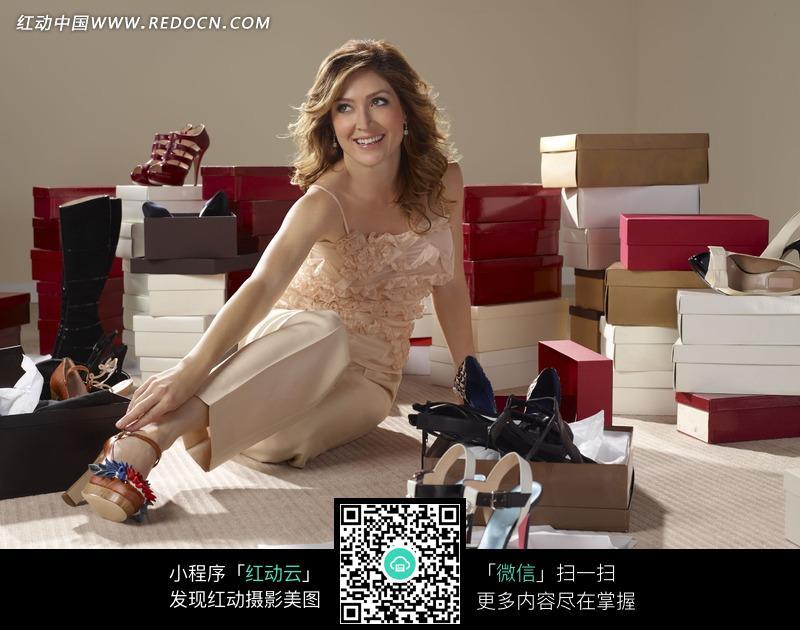 坐在地上试鞋子的外国美女