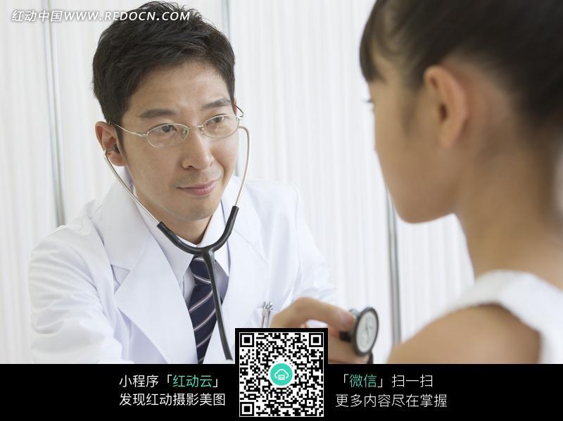 帮助小女孩测心跳的男医生设计图片