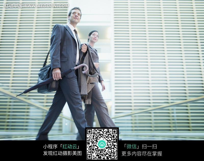 走路的外国男人和女人图片编号:919525