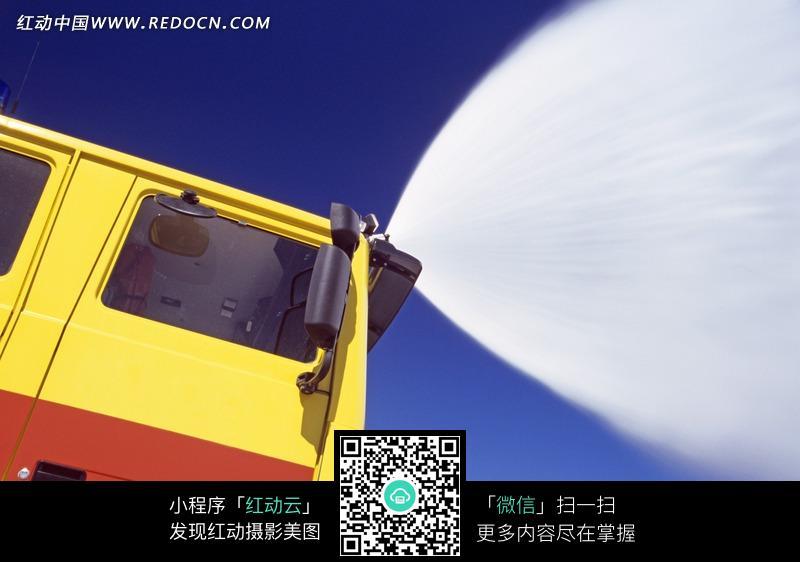 喷水救火的消防车 [图片.]