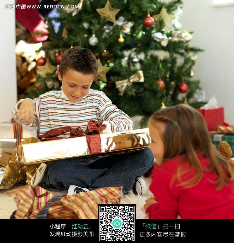 准备拆开圣诞节礼物的小男孩和小女孩》 [ 4.51 mb