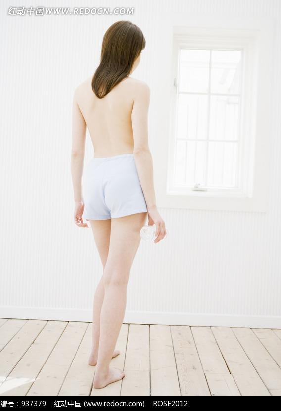 站在窗户旁边的半裸美女背面素材图片编号:937379