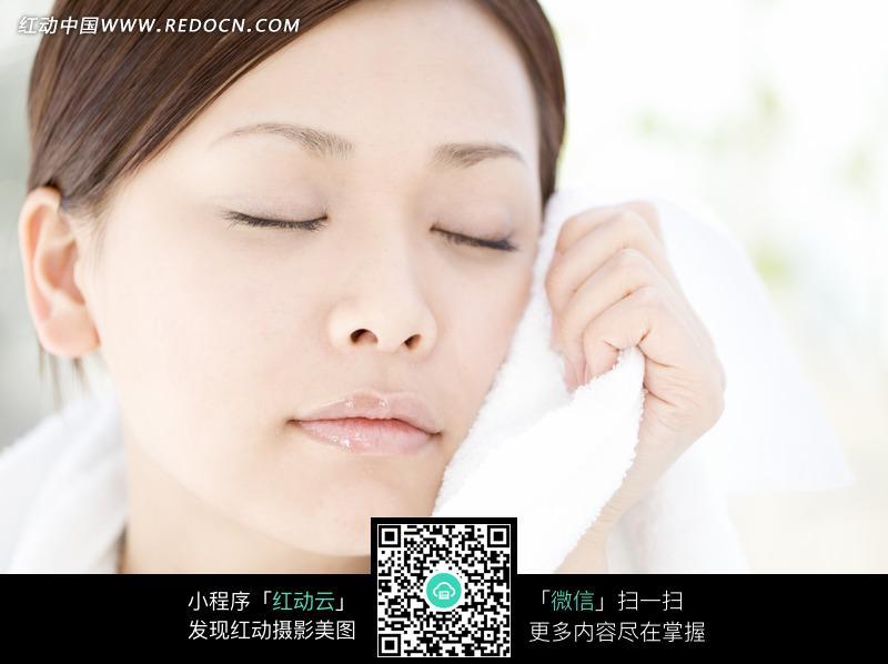 闭着眼睛拿着毛巾的女人面部表情图片 人物图