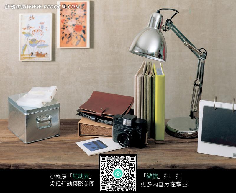 摆放台灯和书籍等物品的桌子图片(编号:940617)图片