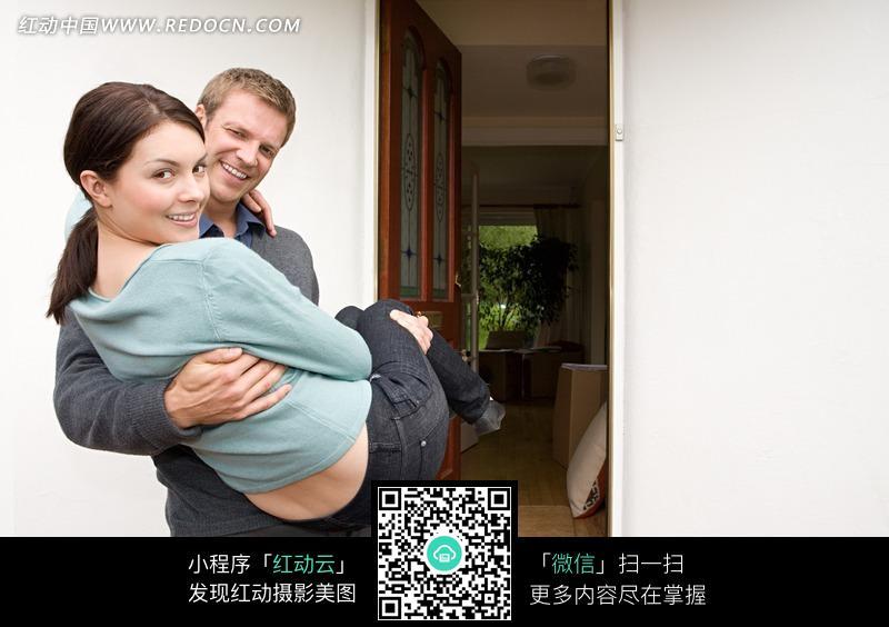房门前横抱着女人的男人设计图片