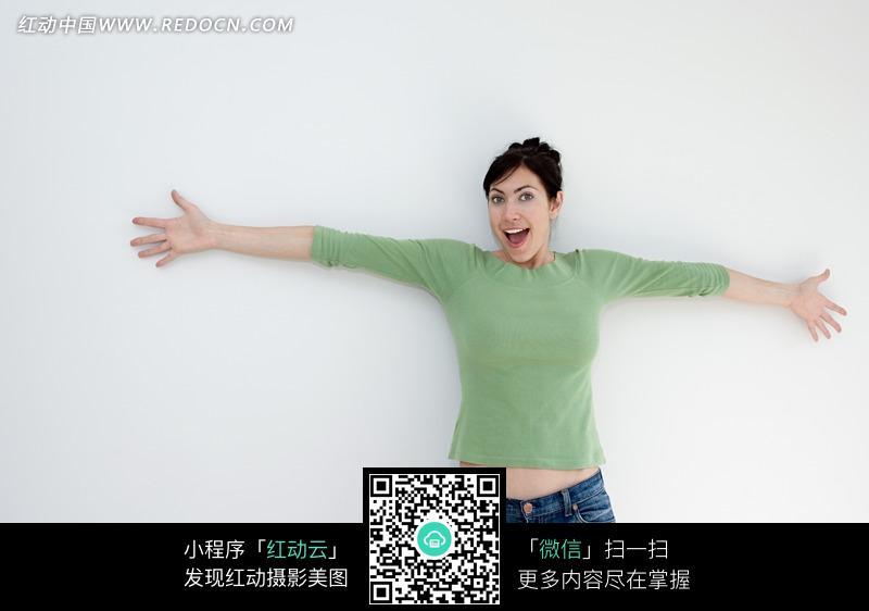 靠着墙上的外国美女图片编号:943671 日常生