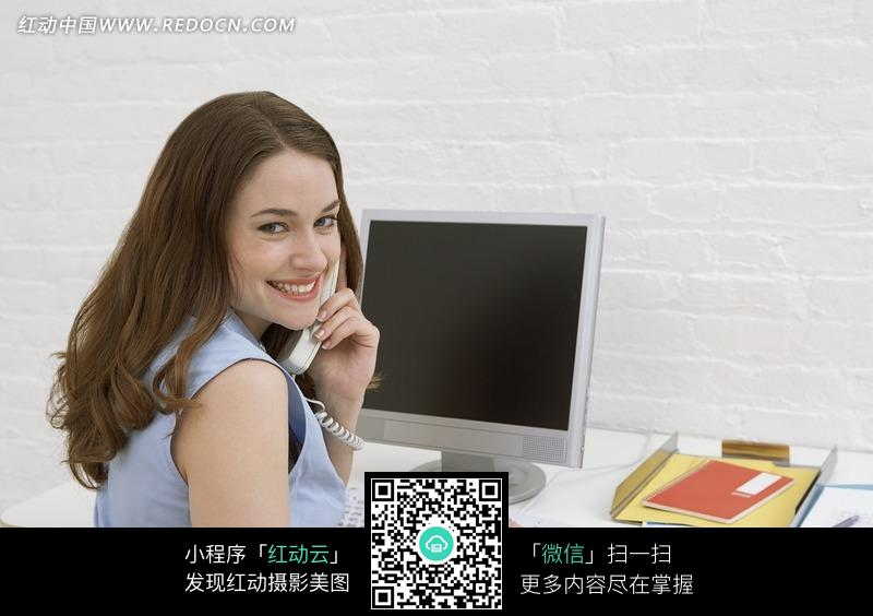 电脑前打的外国美女图片编号:944569