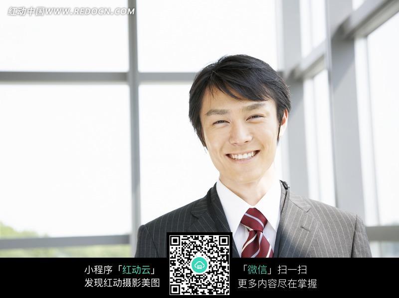 工作中微笑的男人面部表情图片图片