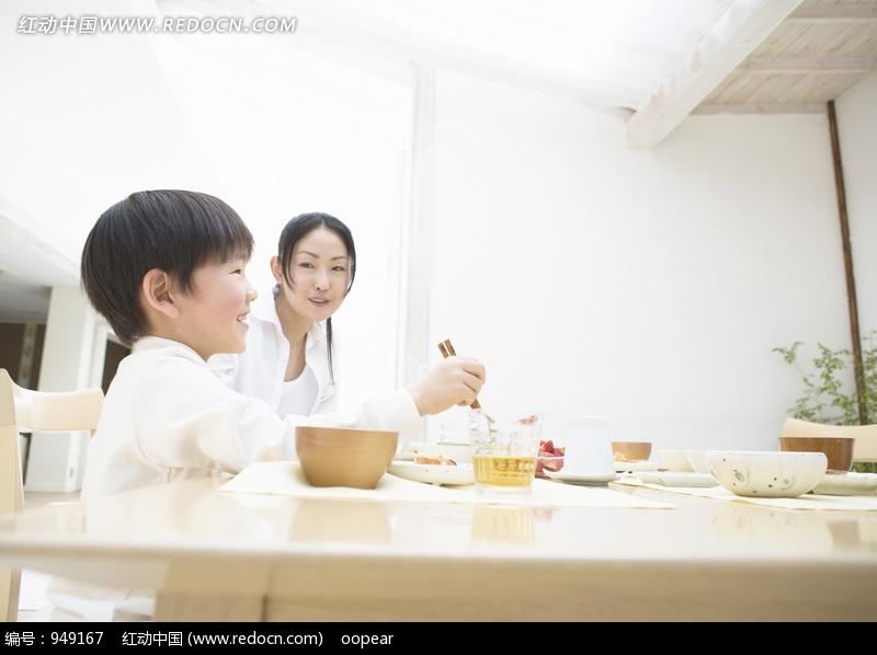 餐桌上吃饭的女人和孩子设计图片
