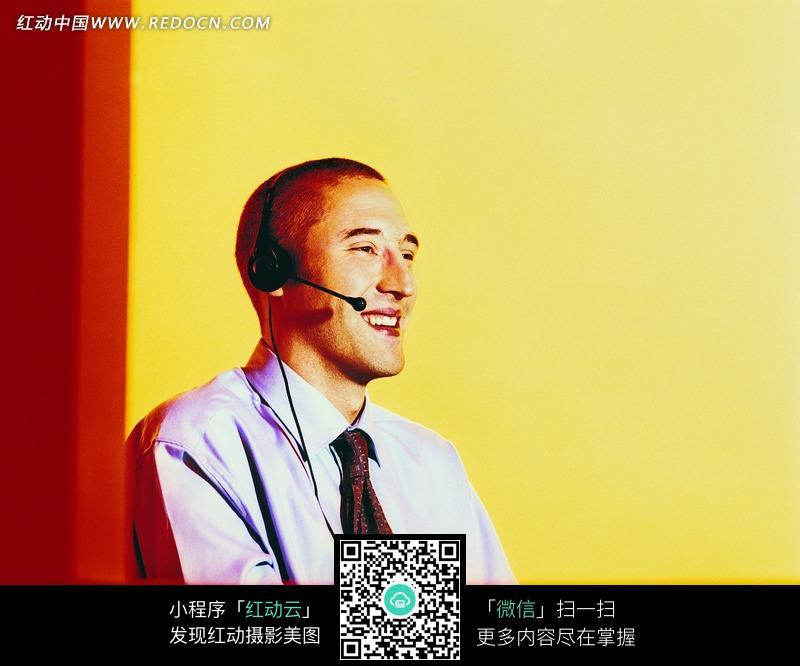 微笑的外国播音员图片