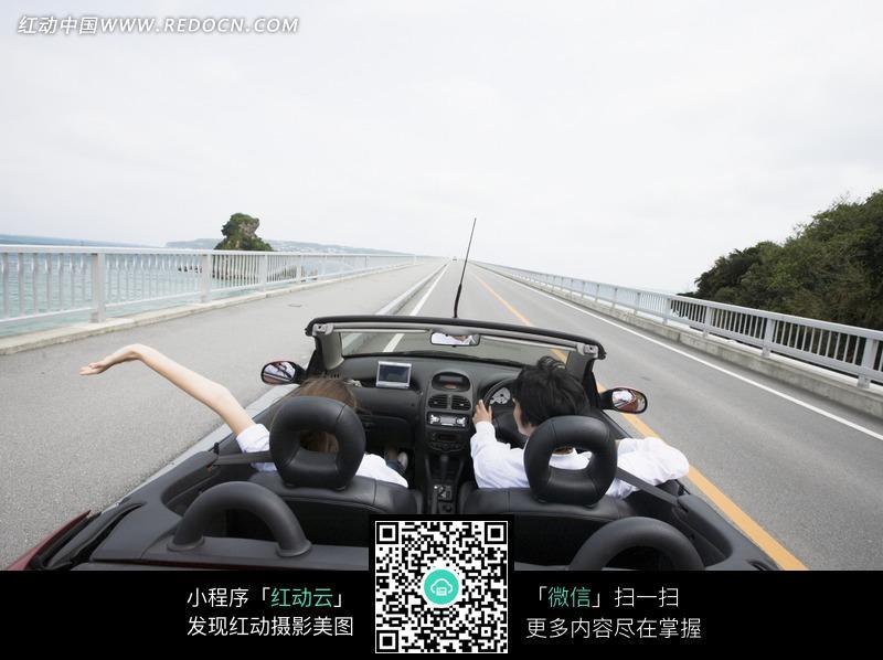 高速公路上开跑车出游的夫妻图片(编号:95111