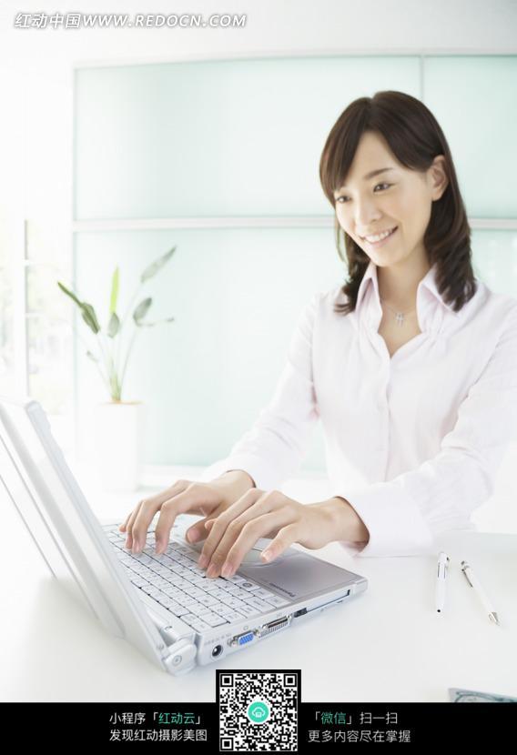 电脑前录入文字的美女文员设计图片