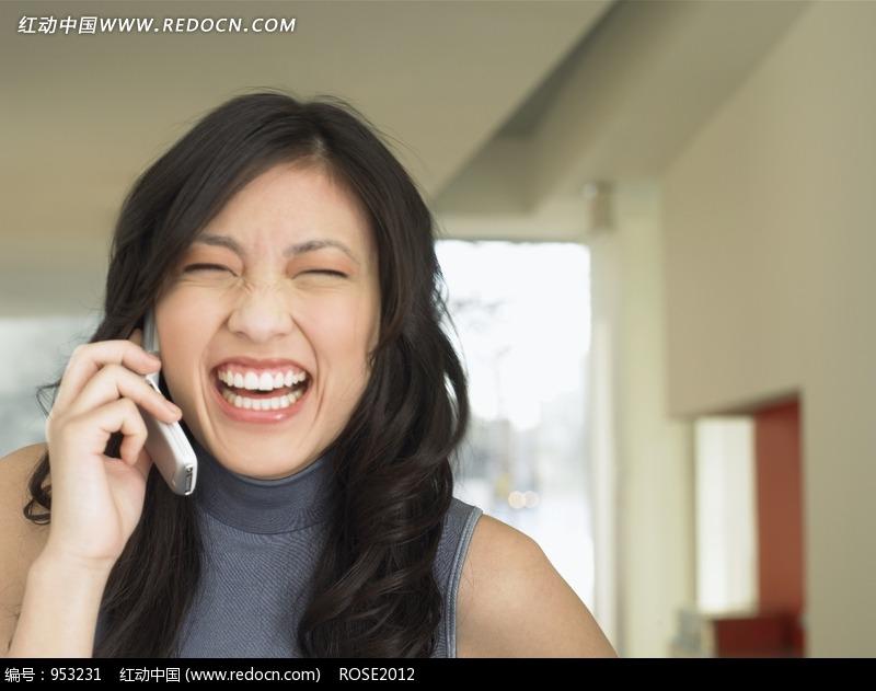 拿着大笑的美女图片编号:953231