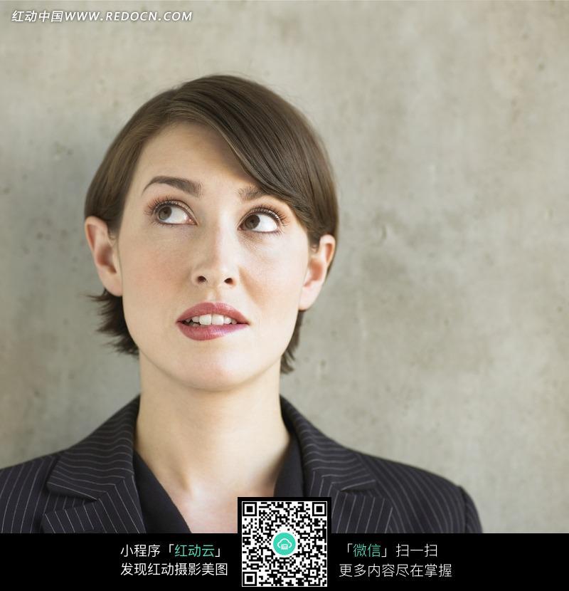 双眼向右上方看的女人面部表情图片编号:953221