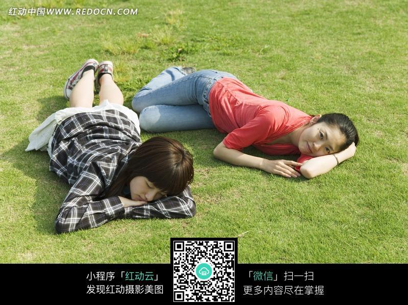 躺在草地上的两个女孩设计图片