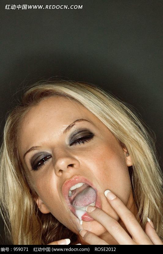 口含不明液体的金发烟熏妆美女图片 人物图片