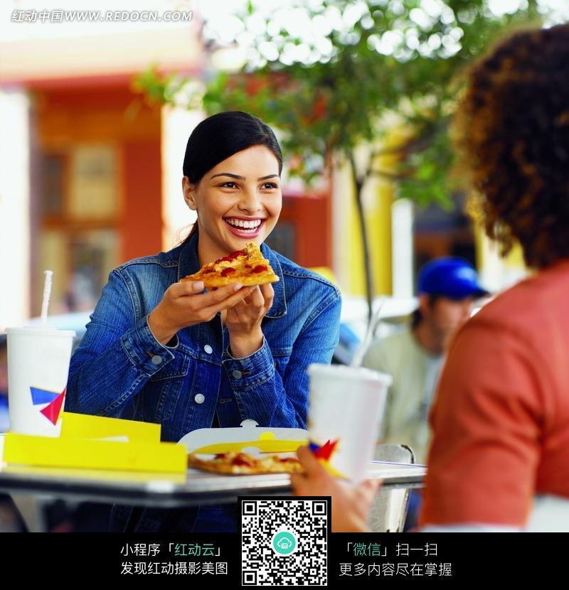 路边的餐位上品尝披萨的美女图片编号:966847