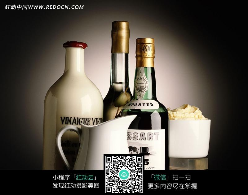 酒瓶和白色瓷壶构成的图片设计图片