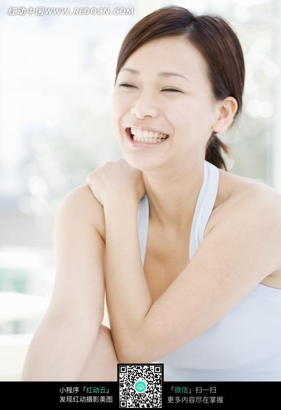 抱着肩膀大笑的美女图片 人物图片素材|图片库|图库