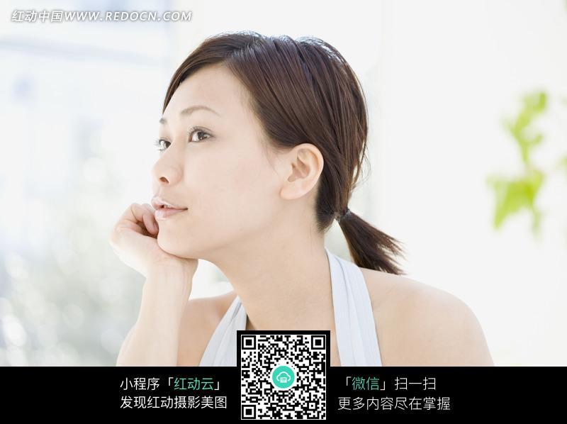 托着下巴的女人侧脸设计图片