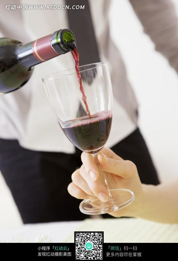 手拿酒杯倒酒特写图片 人物图片素材 图片库 图库下载 编号 981745 -