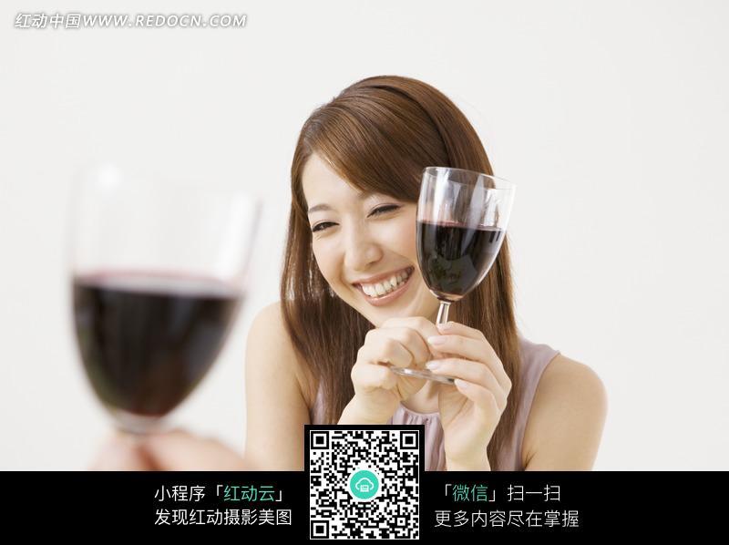 拿着被红酒的美女图片编号:981731