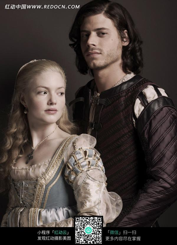 站在一起中世纪装扮情侣