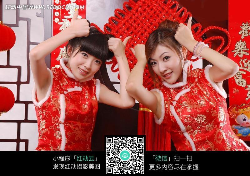 红色衣服两只手放在头上的美女图片 生活用品|日常 800