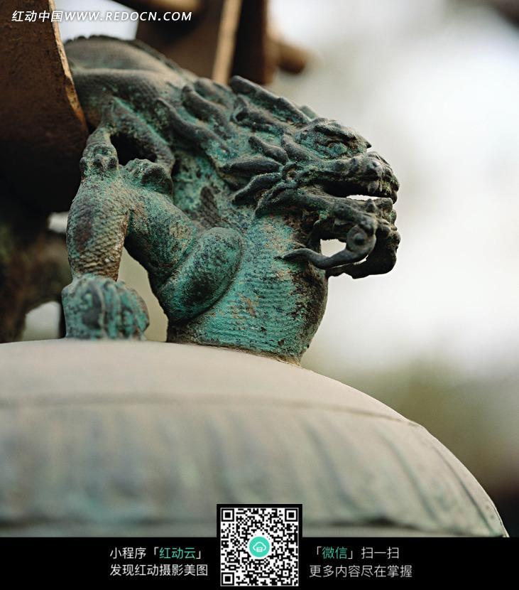 青铜钟上的青龙青铜雕塑特写图设计图片