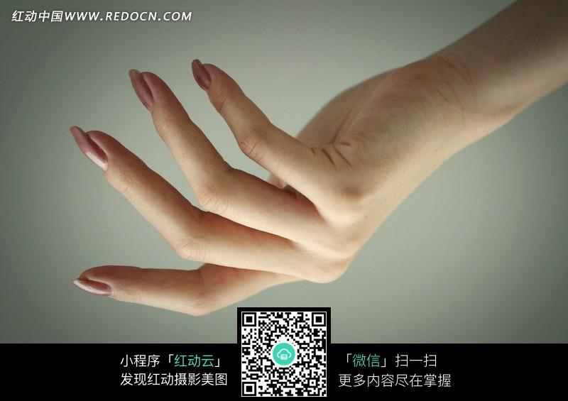 裸色光疗美甲女性手部设计图片