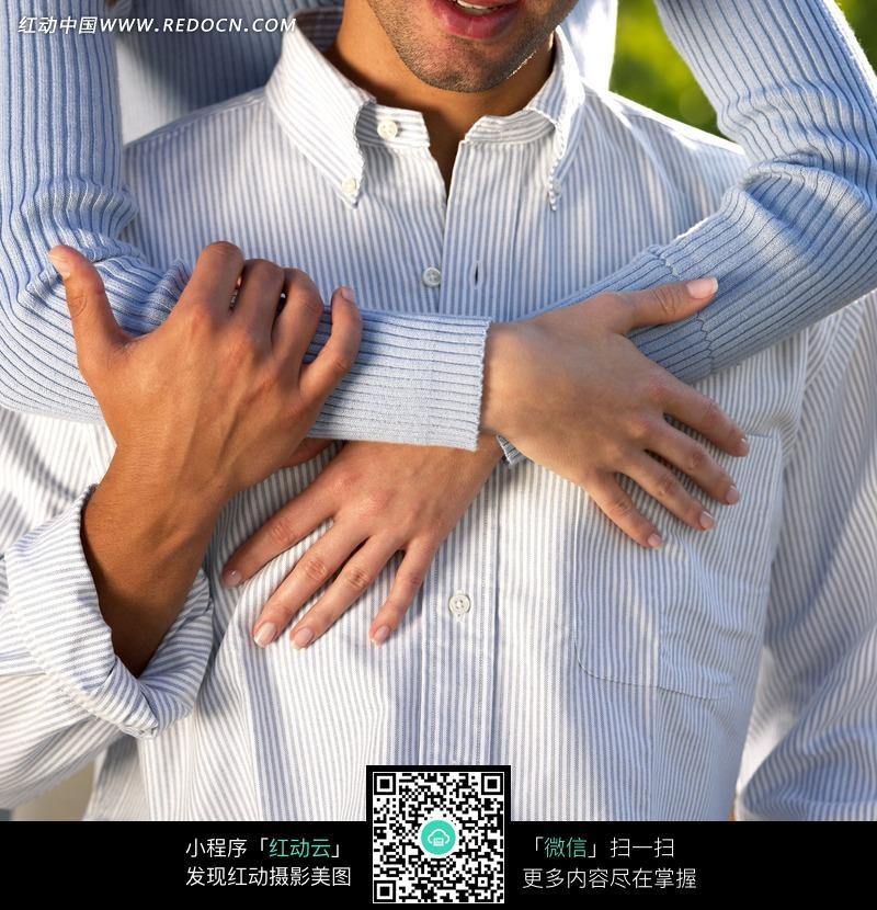 搂住男人脖子的女性双手设计图片