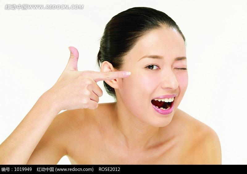 单手手指脸部半裸美女图片编号:1019949