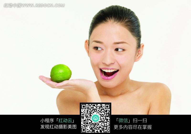 托着青美女的美女图片(编号:1020677)_柠檬女图福利3da美女女性图片