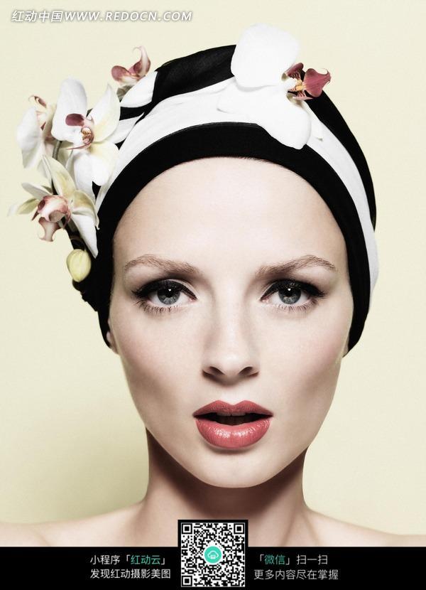 嘴唇微张的白色花朵装饰头部的女子图片 人物