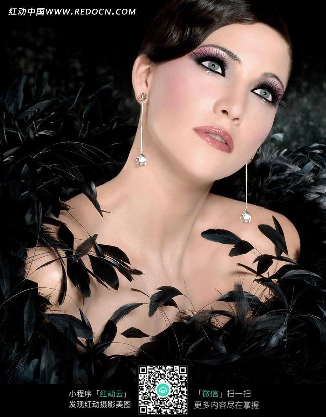穿着黑色羽毛衣服外国美女图片编号:1021687