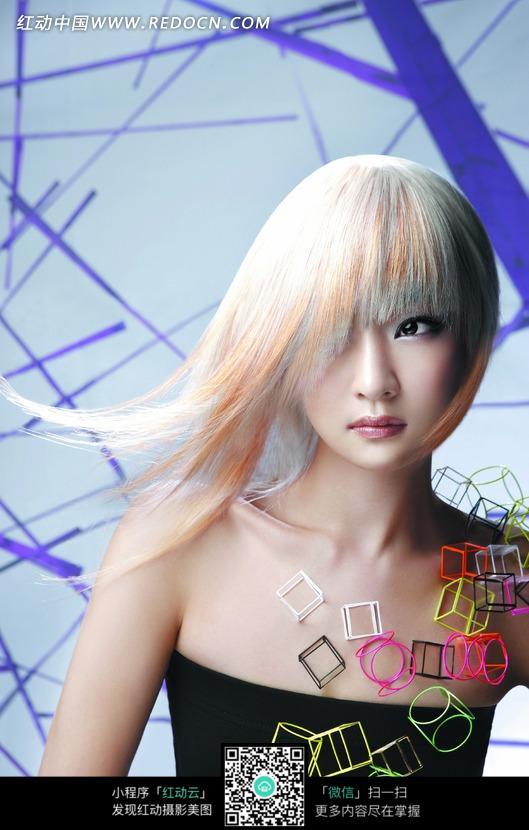 白色飘逸发型美女图片设计图片