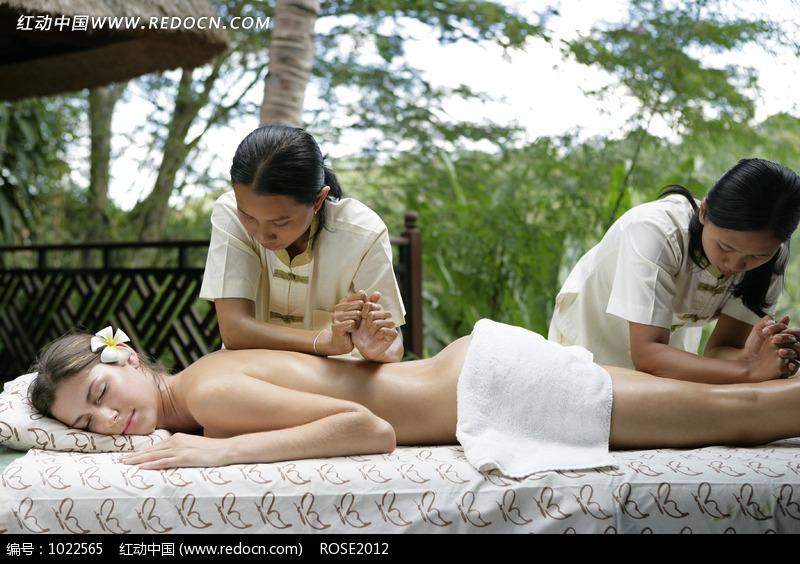 趴在床上接受技师按摩的美女图片编号:1022565
