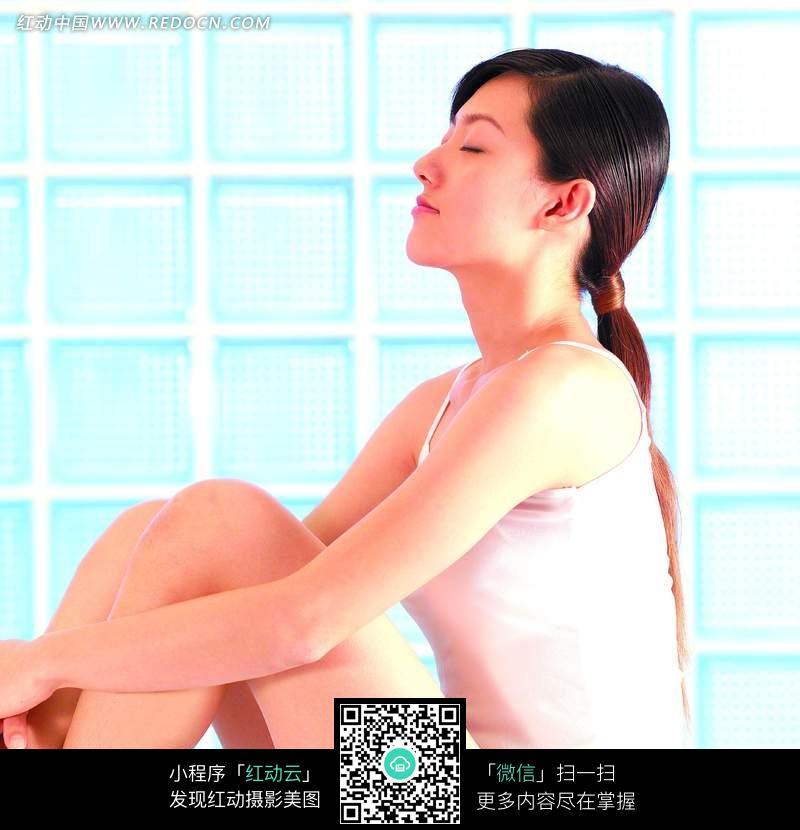 抱腿闭眼坐着的美女图片编号:1023367