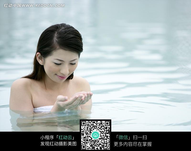 浴池中盯着双手的美女图片 人物图片素材|图片