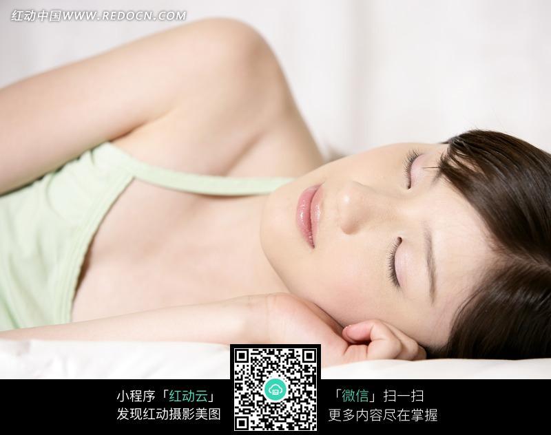 侧躺着睡觉的清纯美女