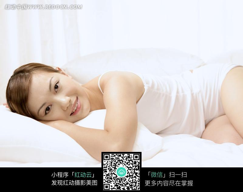 趴在枕头上休息的美女设计图片
