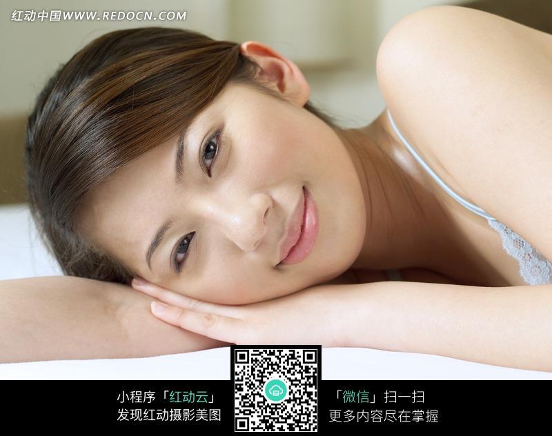 趴在床上露出肩膀的美女设计图片