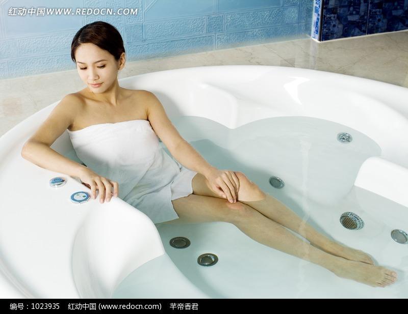 裹着浴巾躺在浴缸里的美女图片编号:1023935