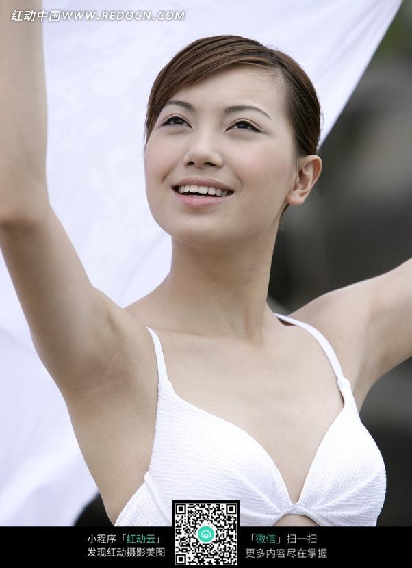 拿着抬起双手穿比基尼的美女图片编号:10241