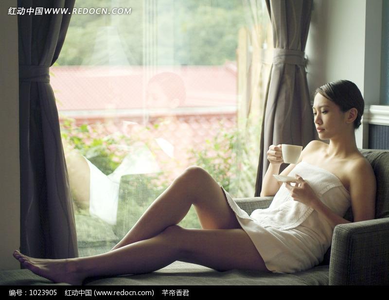 靠窗沙发上喝咖啡的女性图片图片 人物图片素
