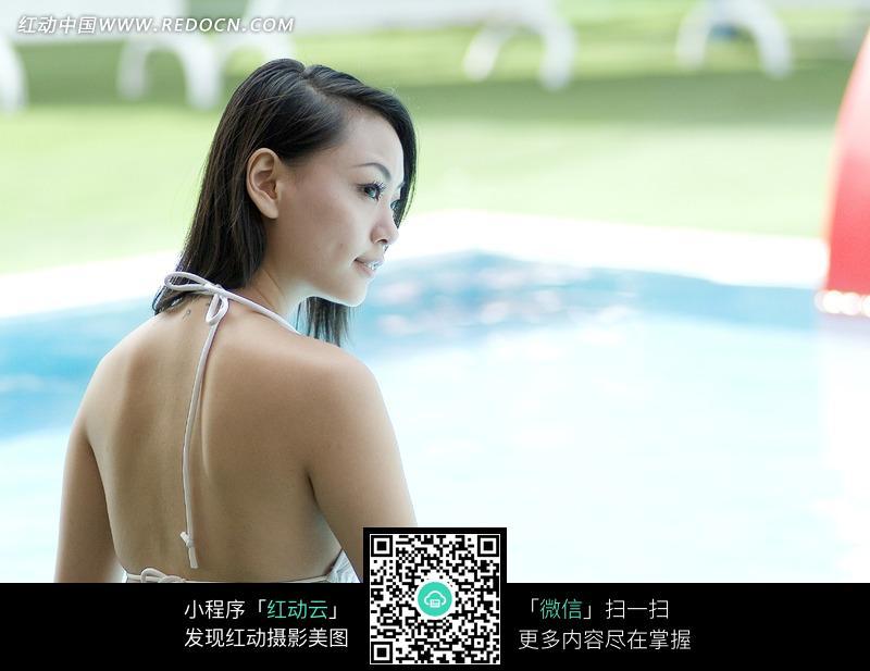 坐在泳池旁穿比基尼的美女设计图片