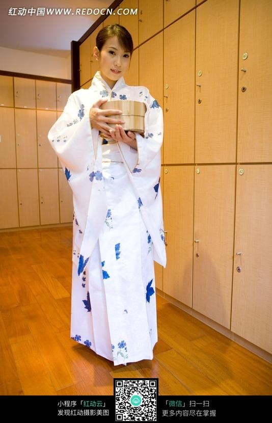 更衣室里抱着木盆的和服美女图片编号:10243